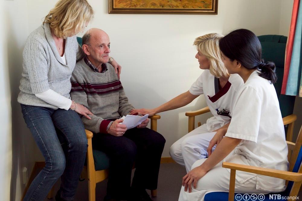 Samtale med pasient, pårørende og helsepersonell. Foto.