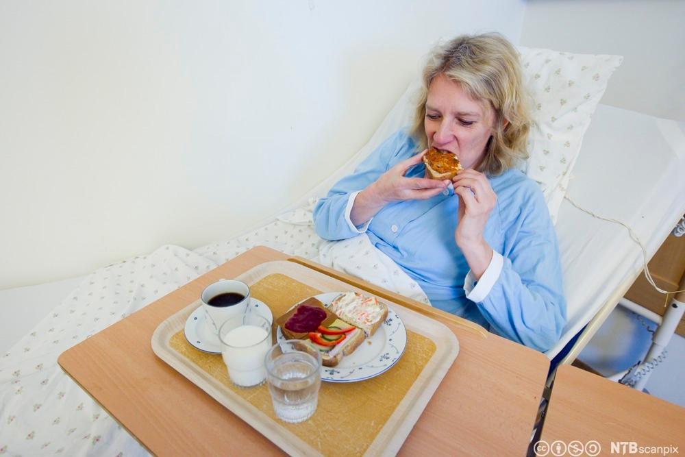 Beboer på et sykehus spiser et brødmåltid. Foto.