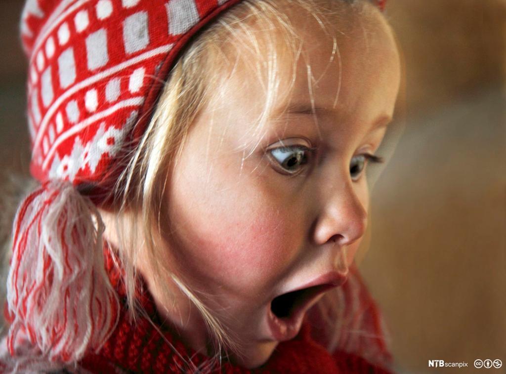 Overrasket barnehagejente. Foto.