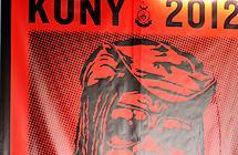 Rød plakat med tegnet portrett og tittelen Kony 2012. Illustrasjon.