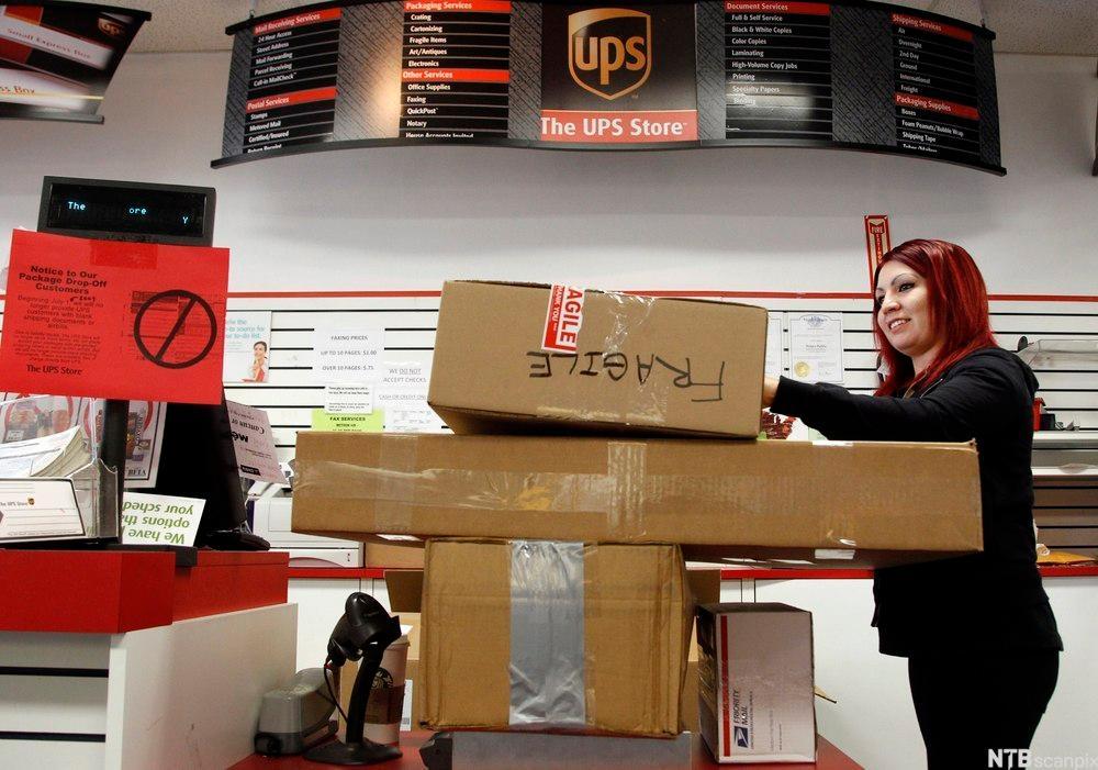 Store pakker på transportbånd. foto.
