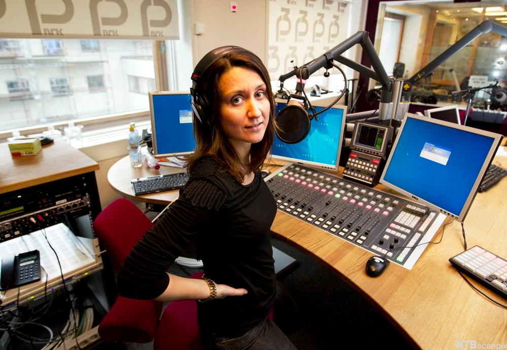 Silje Ese Haugen i radiostudio. Foto.