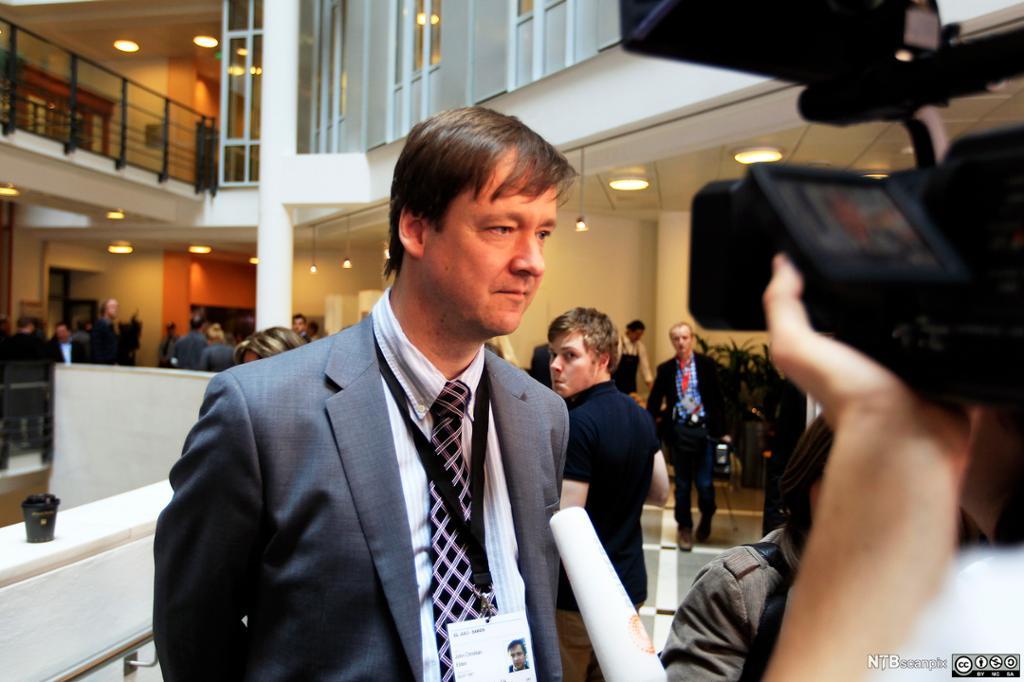 dvokat John Christian Elden i samtale med presse utenfor rettsal 250 i Oslo tinghus. Foto.
