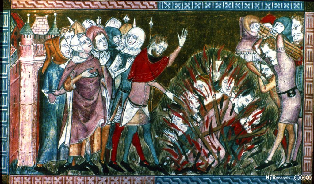 Mennesker kledd i middelalderklær står rundt et bål med mennesker. Maleri.