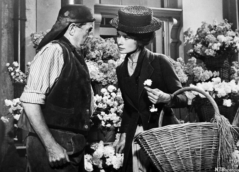 Møte mellom mann og kvinne på et torg. Foto.