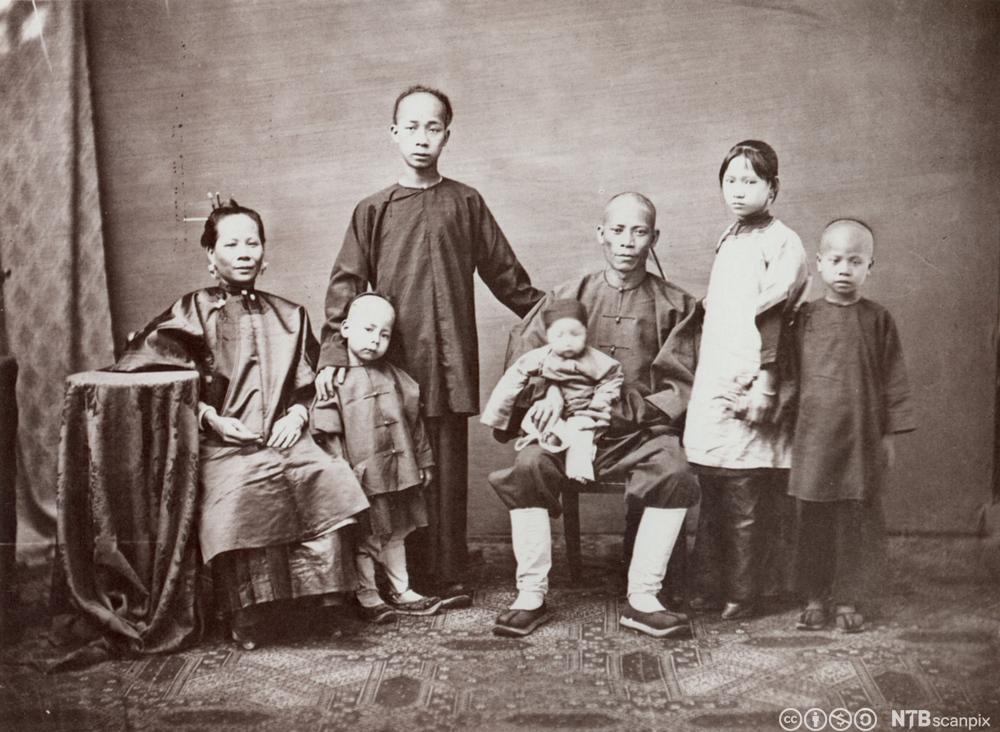 En kinesisk butikkeier med sin familie i Kina i 1860. Foto.