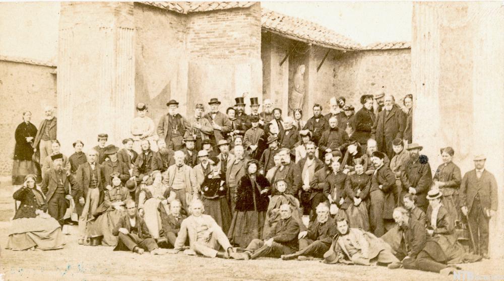 En stor gruppe mennesker i Pompeii på 1800-tallet. Foto.