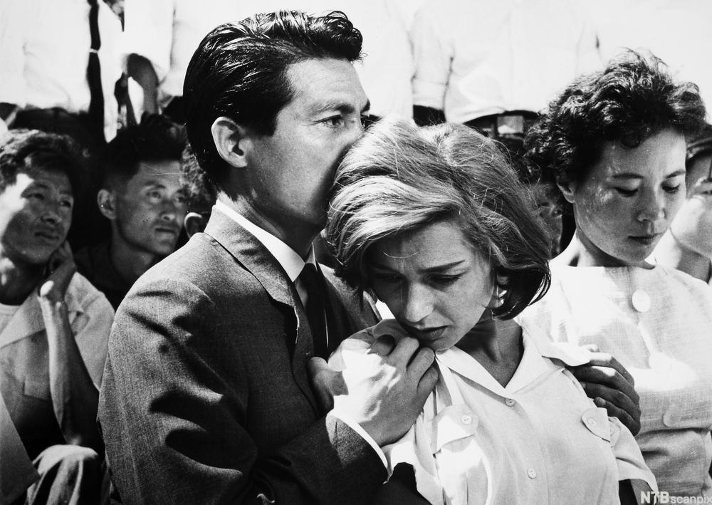 Mann holder rundt en dame. Filmutsnitt.