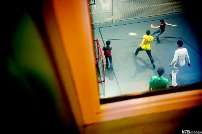 Ungdommer spiller fotball i en ungdomsklubb