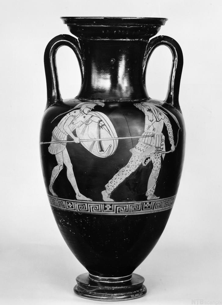 Gresk vase som er dekorert med greske krigere i siluett og geometrisk mønsterbord. Foto.