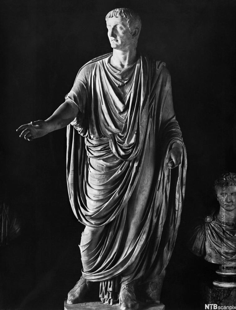 Statue med romersk klesdrakt. Foto.
