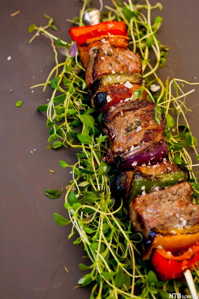 Bilete av grillspyd med svin og grønsaker. Foto.