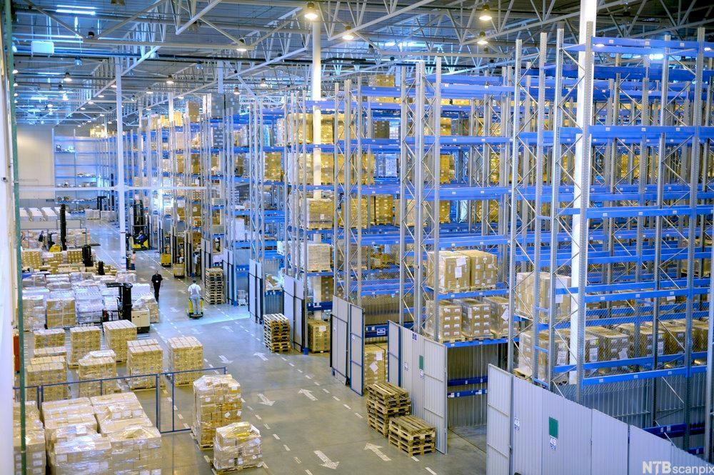 bilde av et stort lager med høye varehyller. Foto
