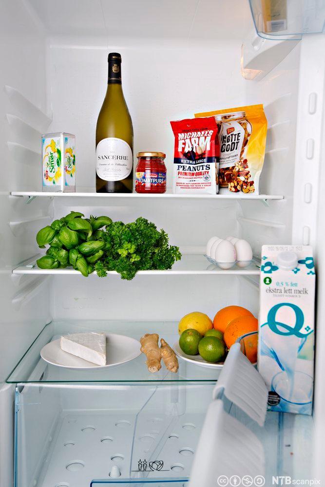 Eit opna kjøleskap med matvarer. Foto.