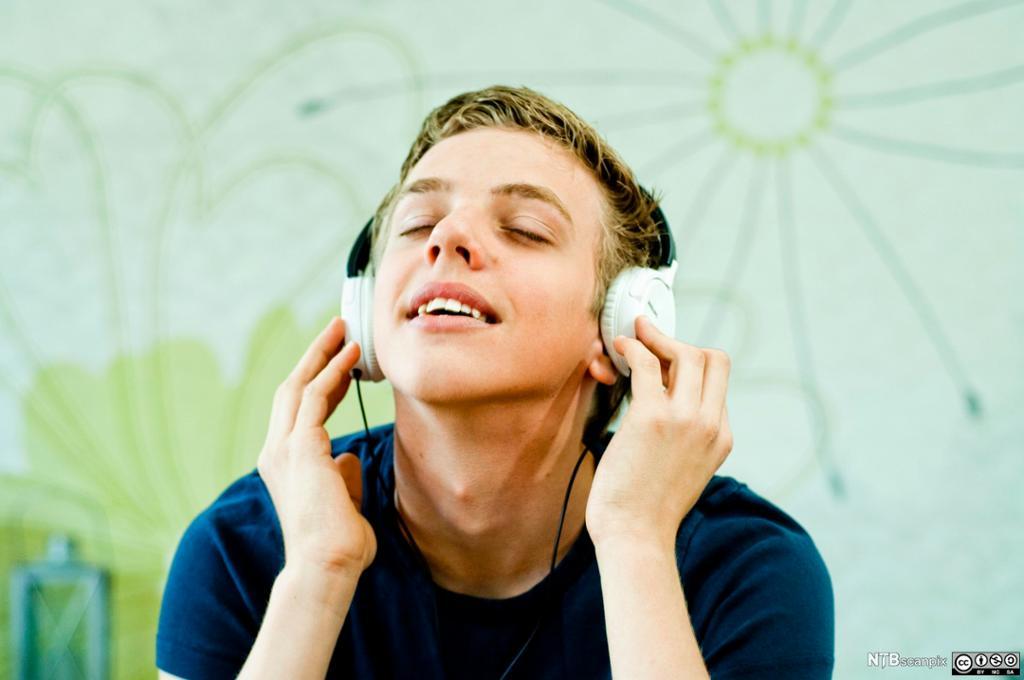 Lytter til musikk