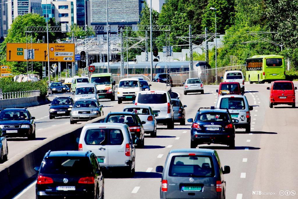 Tog, buss og biltrafikk langs E 18 Drammensveien i Oslo. Foto.
