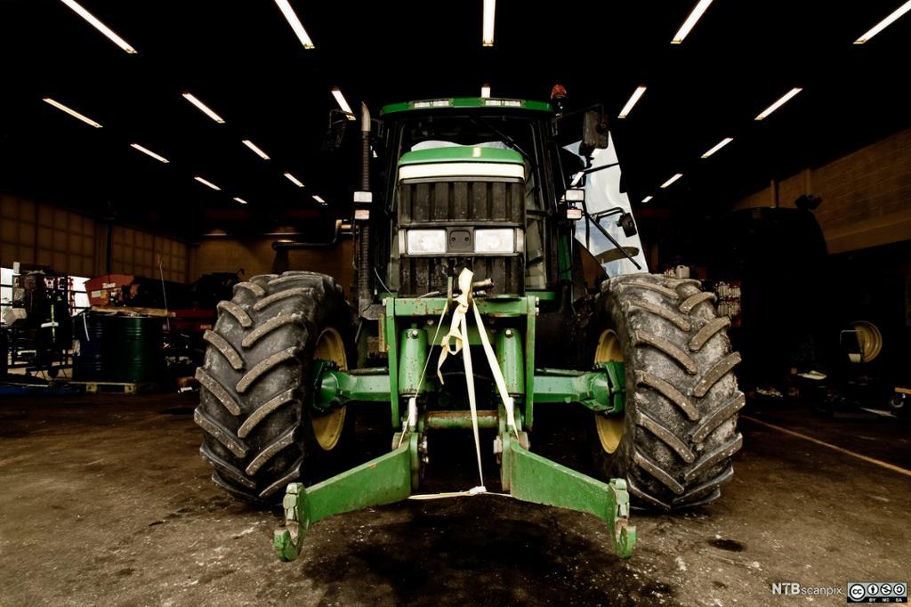 Traktor i garasje. Foto.