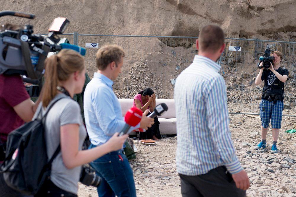 Pressefolk inspiserer romleiren på Årvoll.