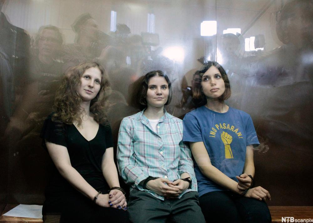 Tre unge jenter i punkebandet Pussy Riot. Foto.