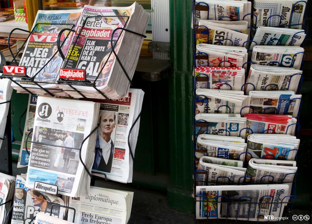 Tre norske aviser som ligger i vifte. Foto.
