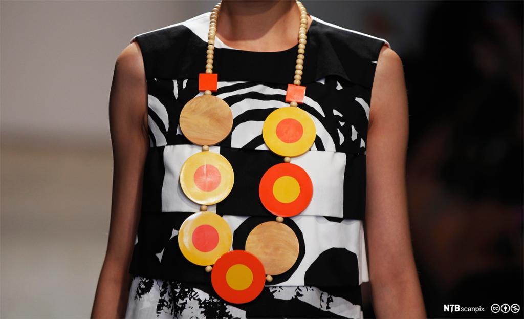 En modell presenterer design av Marimekko under New York Fashion Week i 2012. Foto.