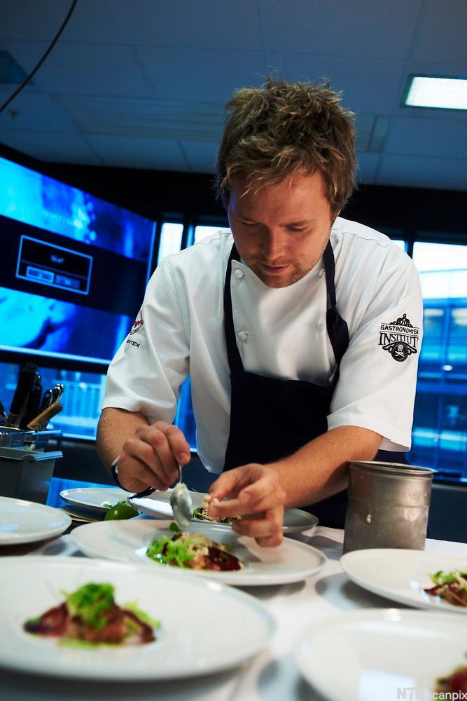 Kokken Morten Rathe tilbereder mat. Foto.