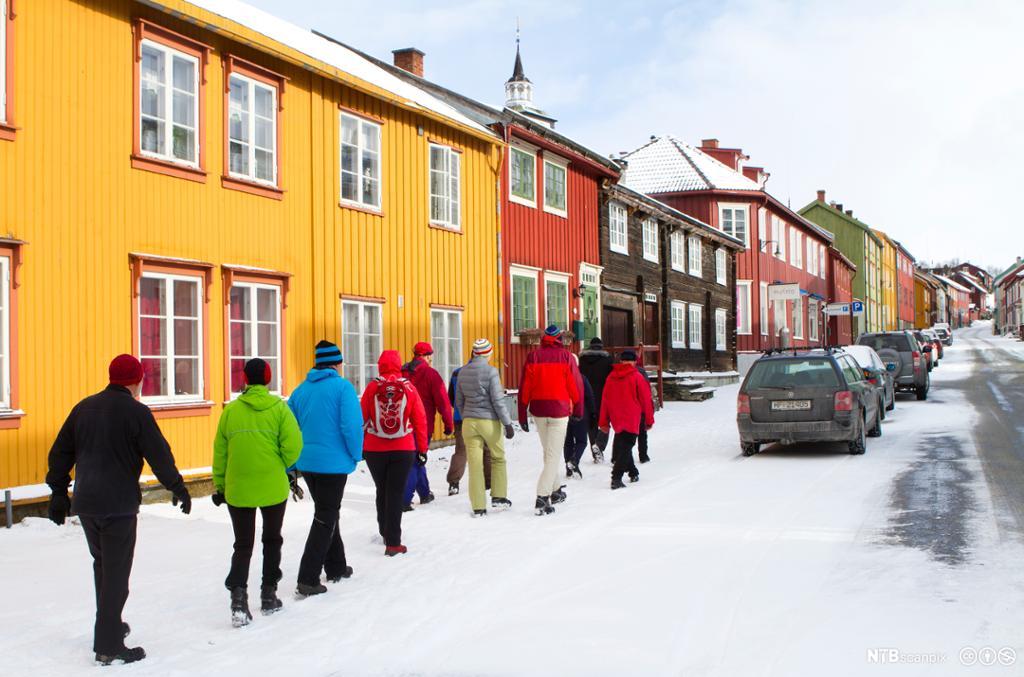 Turister på byvandring i Bergmannsgata på Røros. Foto.