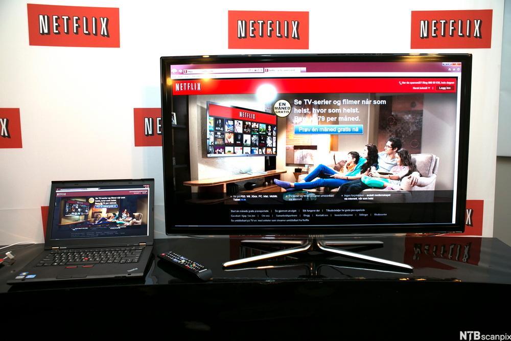 En bærbar datamaskin og et fjernsyn som begge viser åpningssida til Netflix. Foto.