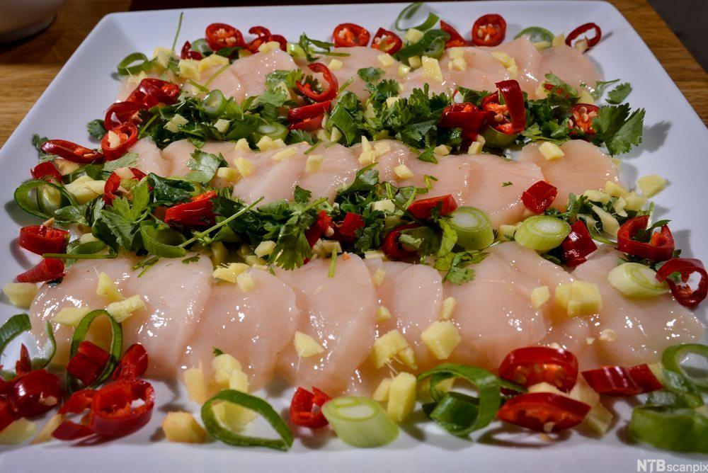 bidle av Kamskjell sashimi med ingefær, chilli, koriander og vårløk