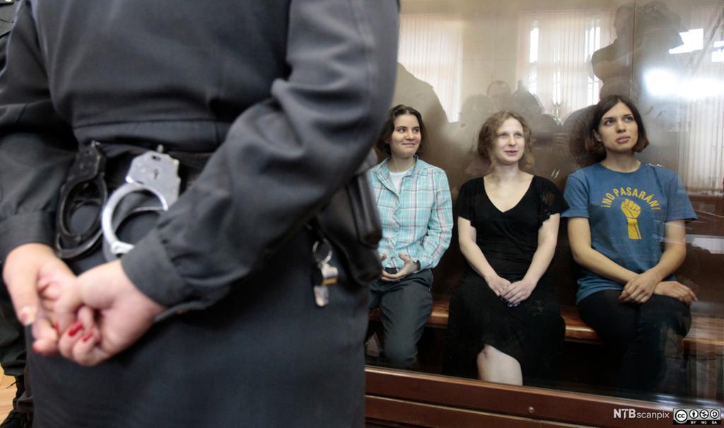 Medlemmer av Pussy Riot under en rettshøring i Moskva. Foto.