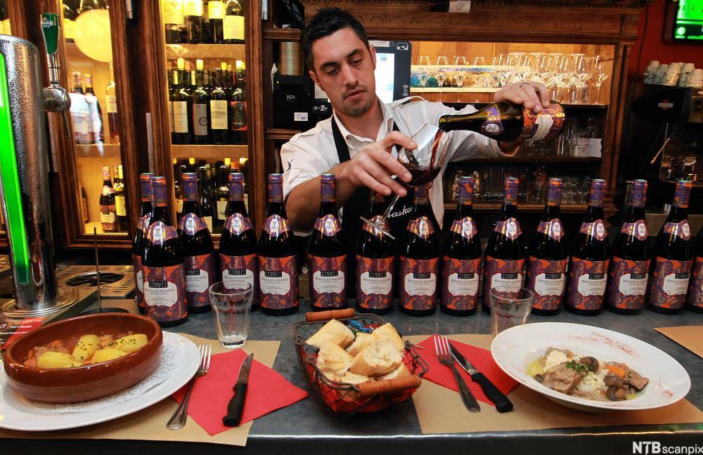 bidle av Christophe Chabauty serverer Beaujolais Nouveau i Bayonne