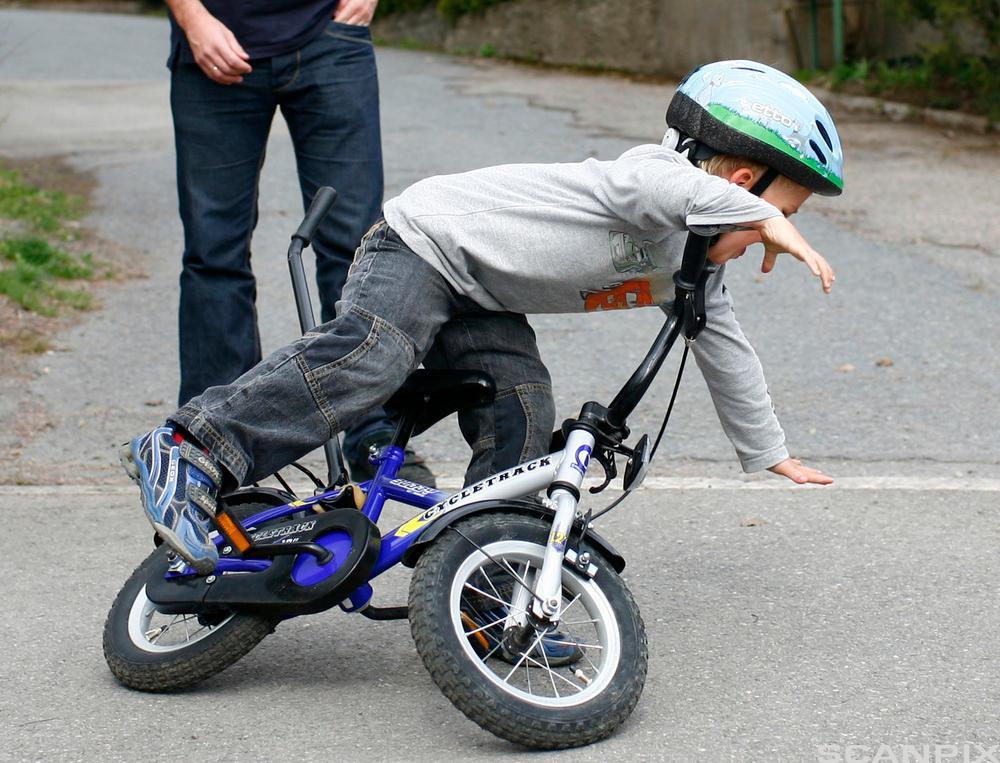 Gutt velter på sykkel.Foto.
