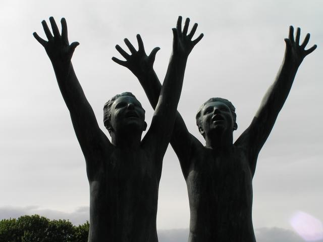 Statuer av Vigeland. Personene strekker hendene mot himmelen. Foto.