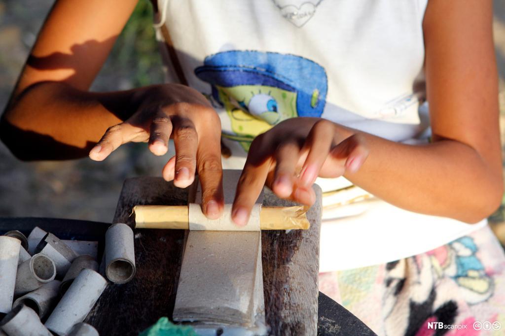Barnehender i produksjon av kinaputter. Foto.