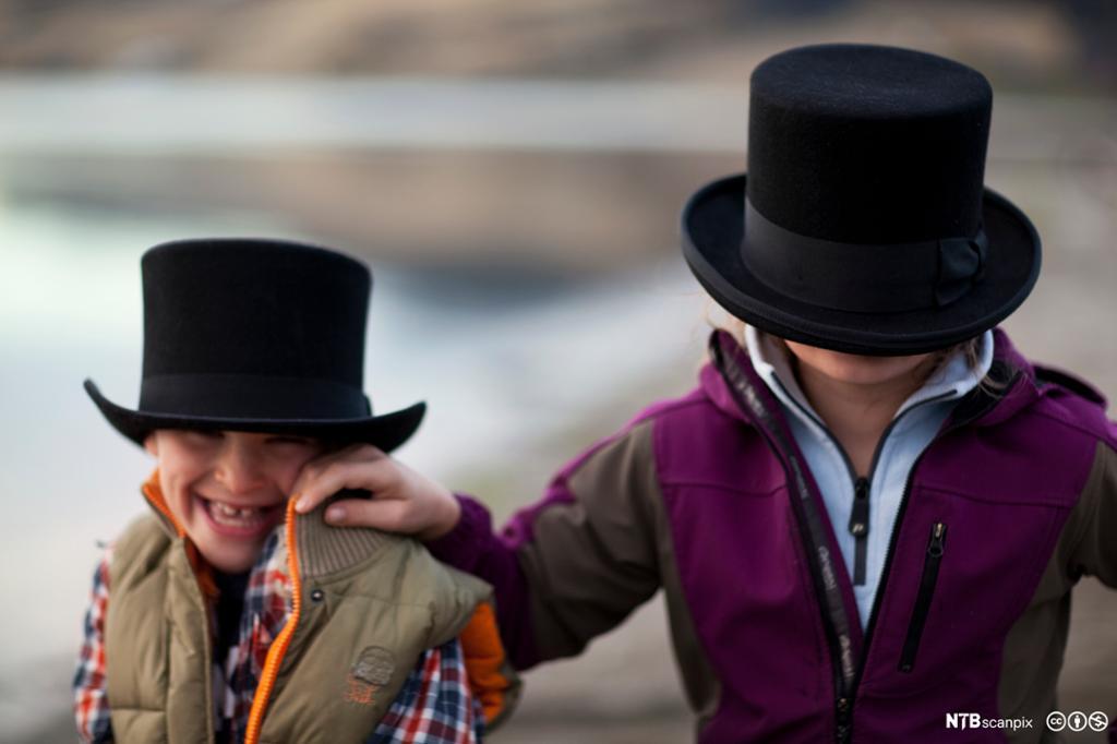 To barn med flosshatt. Foto.