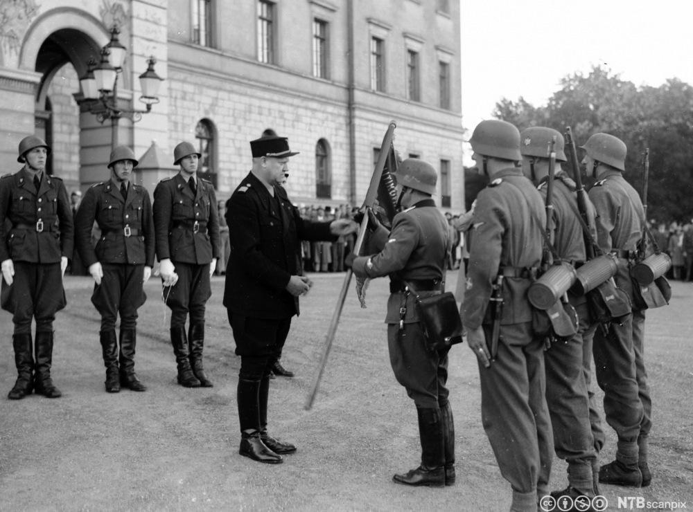 Den norske Legion overrekker Vidkun Quisling en fane på slottsplassen i Oslo i 1942.