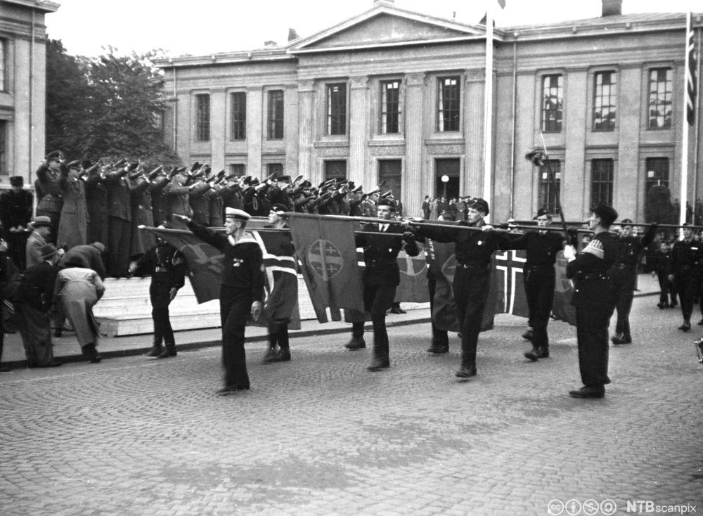 Hirden defilerer foran Vidkun Quisling på Karl Johans gate 25. sep. 1942