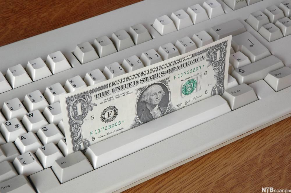 Dollarseddel på tastatur