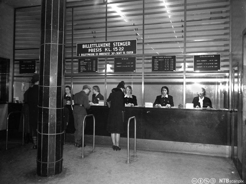 Salg av kinobiletter på Kinocentralen i Oslo i november 1943,