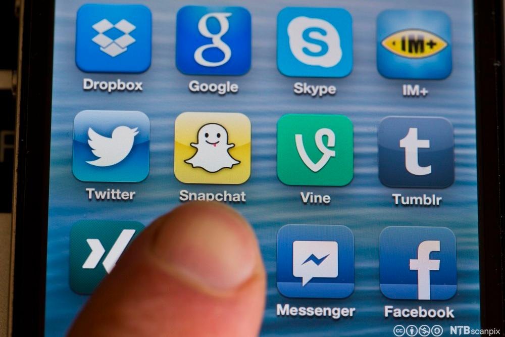 sosiale medier på en mobilskjerm. Foto.
