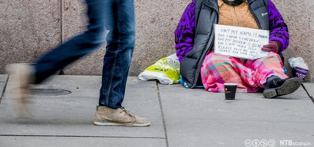 Romfolk som tigger utenfor Stortinget i Karl Johans gate. Foto.