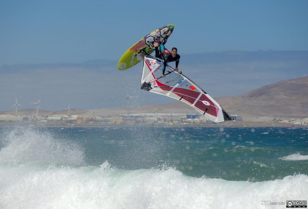 Brettseilere på surfebrett. Foto.