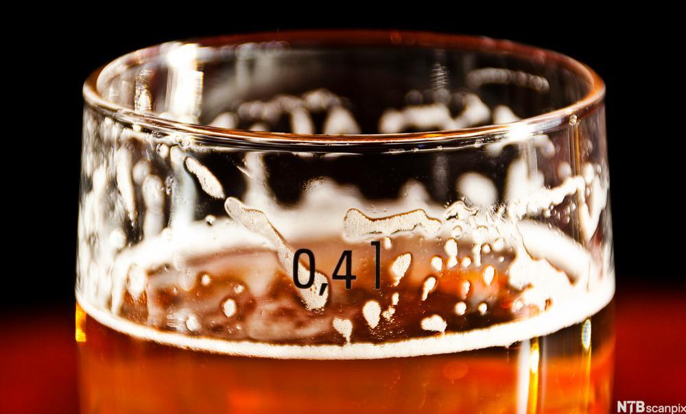 bilde av toppen av et glass med øl