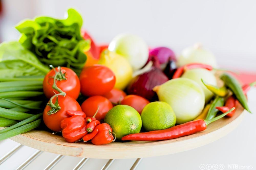 Ulike typer grønnsaker på et fat. Foto.