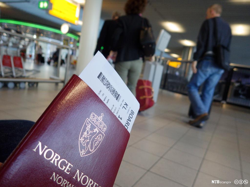 Et pass og en flybillett.