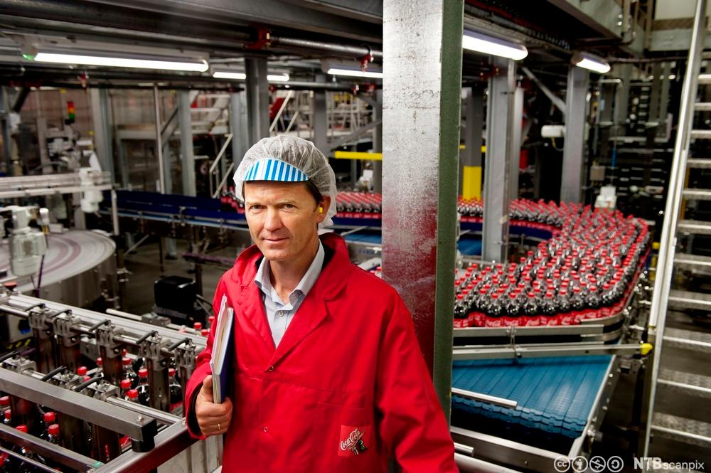 Per Hynne ved samlebåndet i produksjonshallen. Foto