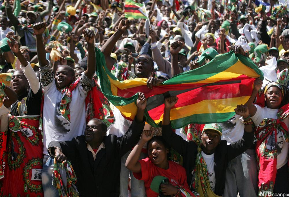Jublende folkemengde i Harare