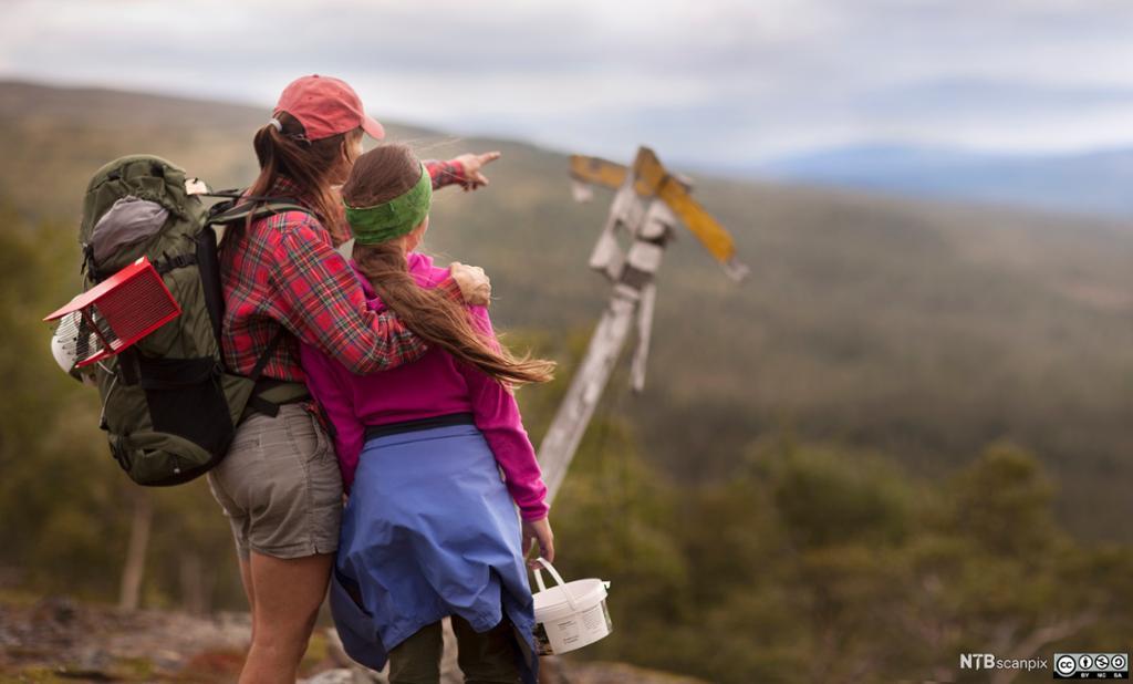 En mor peker ut retningen for sin datter. Foto.
