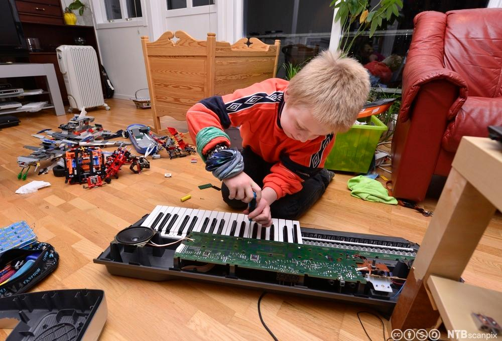 Gutt skrur på keyboard. Foto.