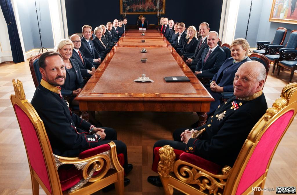 Kong Harald og kronprins Haakon holder statsråd på Slottet med den påtroppende regjeringen Solberg i 2013. Foto.